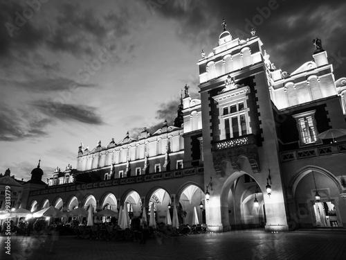 Sukiennice lub Sukiennice w Krakowie nocą