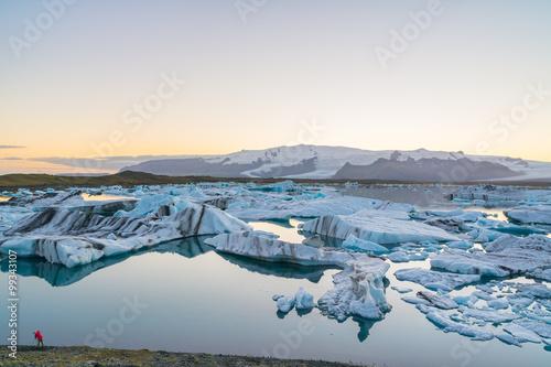 Foto op Aluminium Poolcirkel Icebergs in Jokulsarlon glacial lake at sunset, Iceland