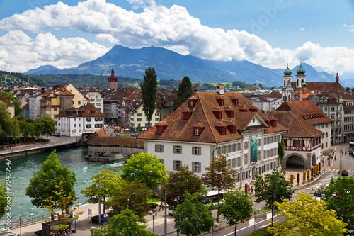 Photographie  Paysage urbain de Luzern regardant par-dessus la rivière vers la vieille ville a