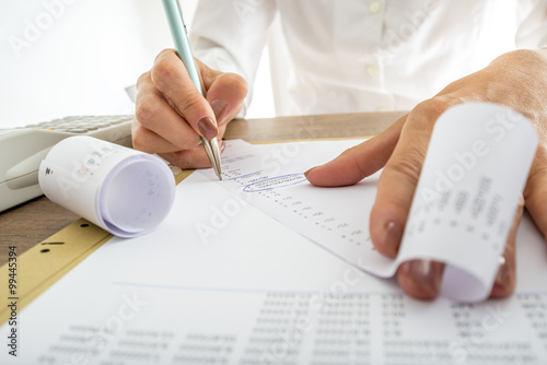 Fotografía  Closeup of female accountant looking through the receipts