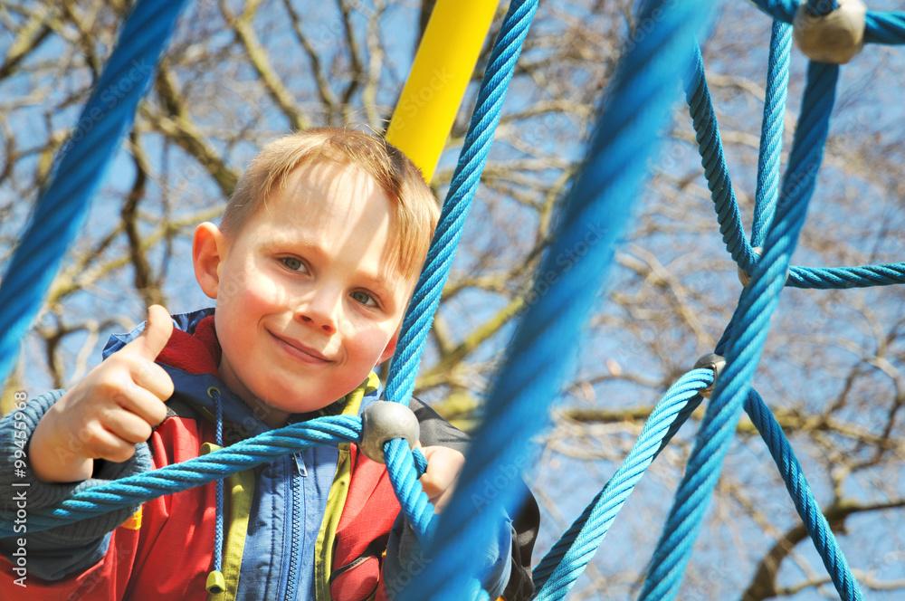 Klettergerüst Zum Ausmalen : Glücklicher junge hält auf dem klettergerüst den daumen hoch foto