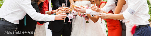 Photo guest clanging glasses at wedding party