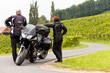 Zwei Motorradfahrer in einer idyllischen Landschaft