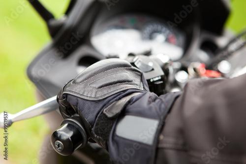 obraz PCV Hand eines Motorradfahrers am Lenker