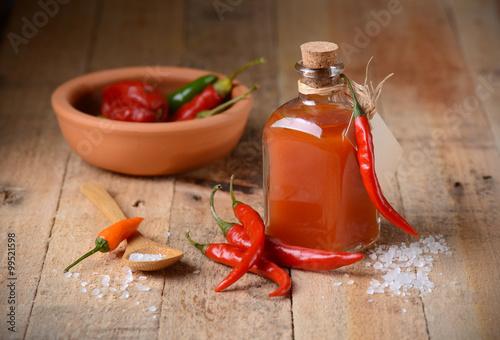 Fotografie, Obraz  Salsa di tabasco fatta Casa nella piccola bottiglia di vetro