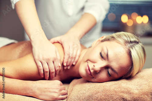 Fotografia  close up of woman lying and having massage in spa