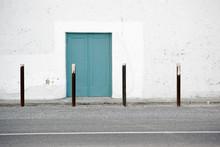 Seiteneingang Nostalgisch / Der Seiteneingang Eines Alten Im Spanischen Stil Gebauten Theaters Mit Weißen Abplatzenden Putzschichten.