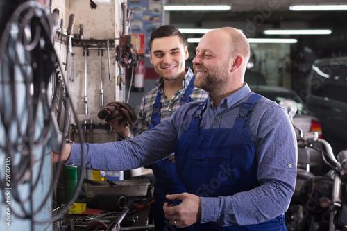 Fotografía  Dos trabajadores de garaje ubicadas cerca de instalaciones