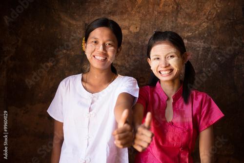 Foto  Two young Myanmar girls thumb up
