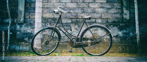 Deurstickers Fiets Vintage Fahrrad vor einer Mauer mit Palmen