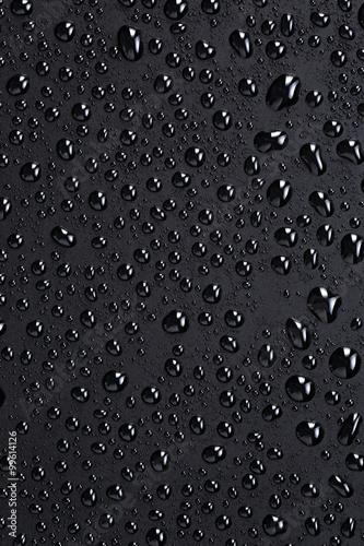 krople-wody-na-czarnej-plastikowej-powierzchni
