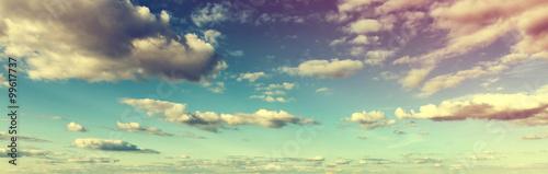 atmosferyczny-stonowany-skyscape-z-chmurami