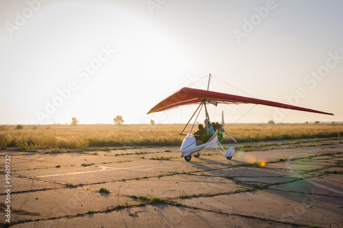 Fotografía  Hang-gliding, standing at dawn on the runway