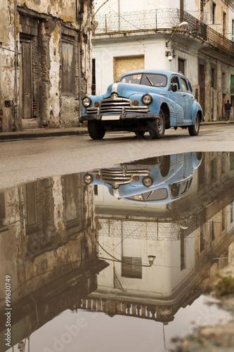 Obraz Zabytkowy samochód na ulicy w Havanie, Kuba - fototapety do salonu