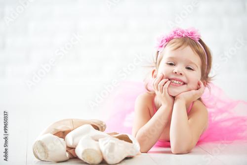 mala-ksiezniczka-z-rozowa-sukienka-i-baletkami-lezacymi-obok