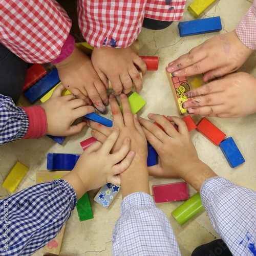 Fotografía  Manos de Niños jugando con madera de colores