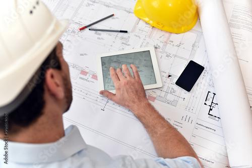 Fotografía  Planung und Entwicklung im Bauwesen - Architekt mit Tablet und tecn