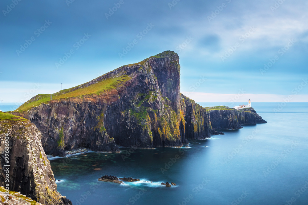 Fotografía  Neist Point and the lighthouse on Isle of Skye before sunset - Scotland, UK