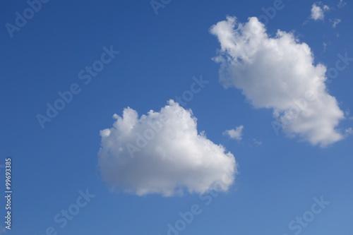 dwie-chmurki-na-niebieskim-niebie
