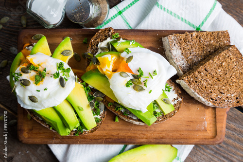 Staande foto Snack Sandwich with avocado and poached egg