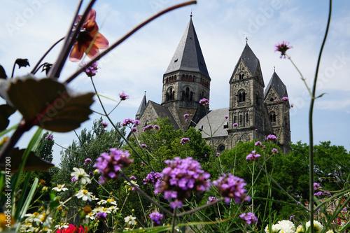 Obraz na plátne Eglise du Temple Neuf Kirche in Metz mit Blumen im Vordergrund