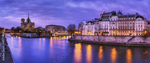 Photo sur Aluminium Paris Paris, France: Notre Dame at dusk with Seine river on foreground
