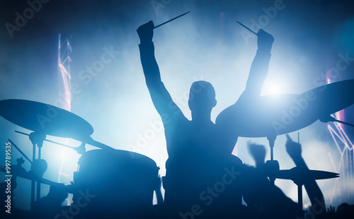 Photo Drummer playing on drums on music concert. Club lights