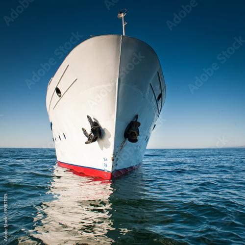 bialy-statek-w-plynacy-oceanem-w-bezchmurna-pogode