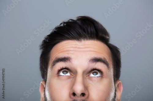 Fotografía  Hombre mirando hacia arriba
