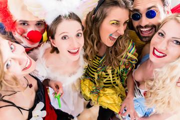 Freunde, Männer und Frauen, haben Spaß auf Fasching oder Karneval