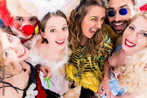 Tuinposter Carnaval Freunde, Männer und Frauen, haben Spaß auf Fasching oder Karneval