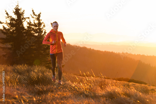 Fotografía  young happy women running in the cold morning with sunshine after sunrise