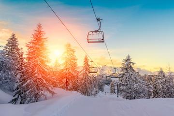 Zalazak sunca u zimskom krajoliku u planinama Julijske Alpe