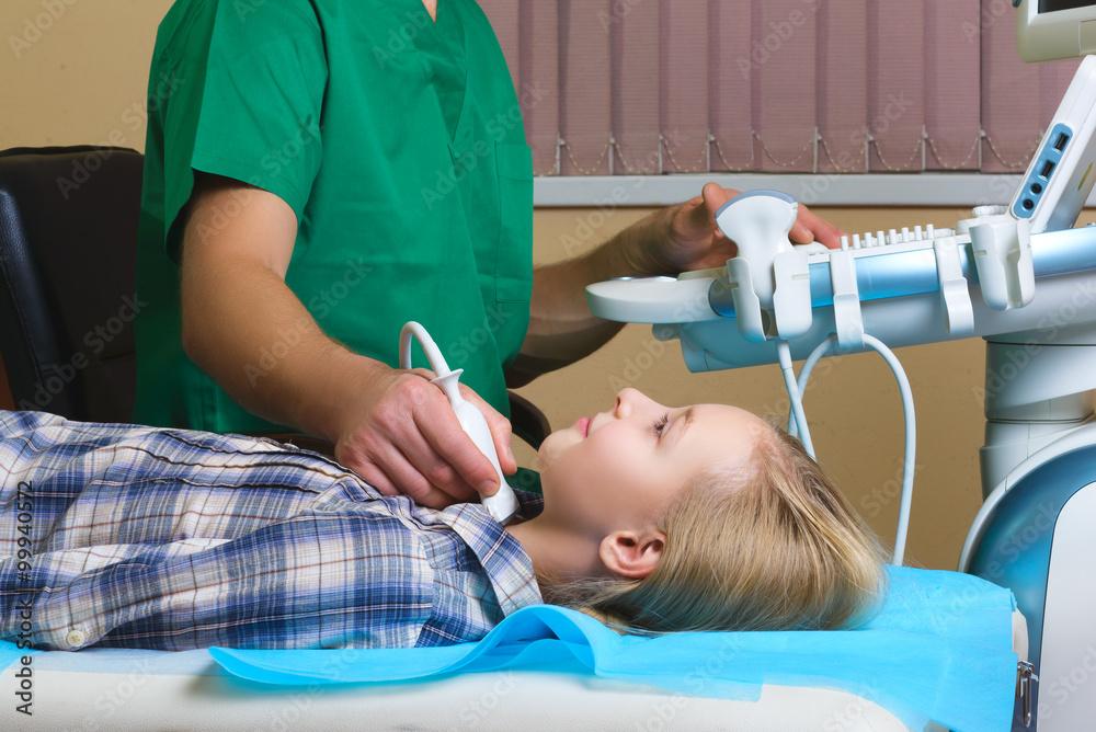 Mädchen Das Ultraschall Einer Schilddrüsen Von Arzt Foto Poster