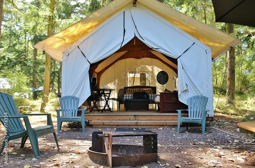 Poster Camping Glamping cabin in the woods