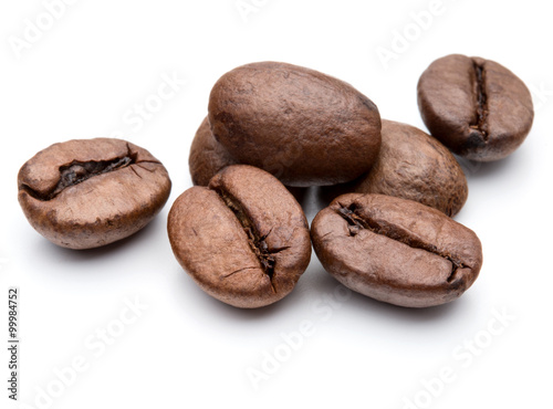 Fotografia  roasted coffee beans isolated in white background cutout