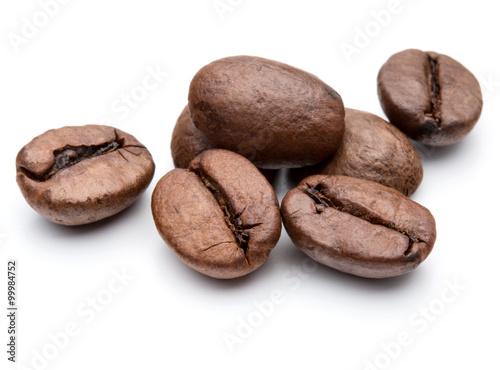 Fotografie, Obraz  Pražená kávová zrna v bílém pozadí výřezu
