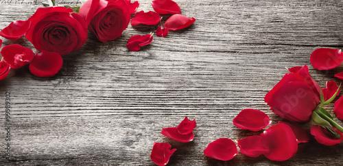 roze-na-drewnianej-desce