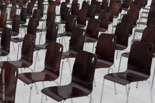 Obraz empty chairs in a row - fototapety do salonu