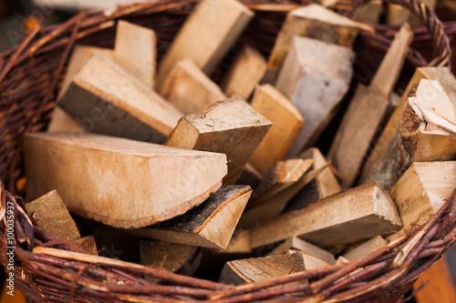 Photo sur Aluminium Texture de bois de chauffage Firewood in a basket