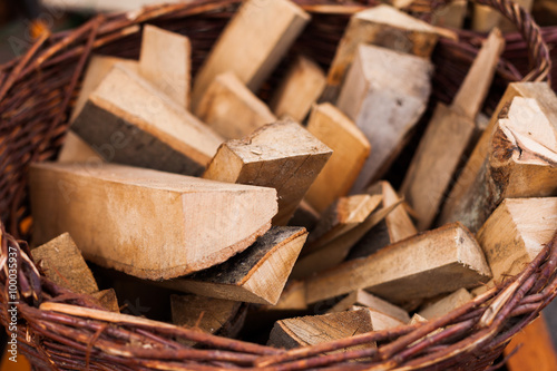 Poster Texture de bois de chauffage Firewood in a basket