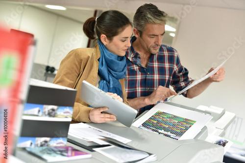 Fotografía  Client in printshop controlling work before final printing