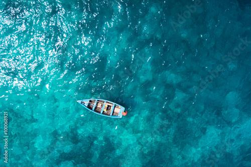 widok-z-lotu-ptaka-tradycyjna-lodz-rybacka-w-santa-maria-w-sal-isla