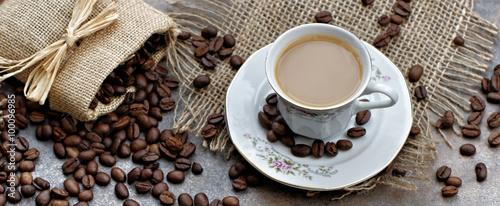 Naklejka nad blat kuchenny Filiżanka kawy na tle ziaren