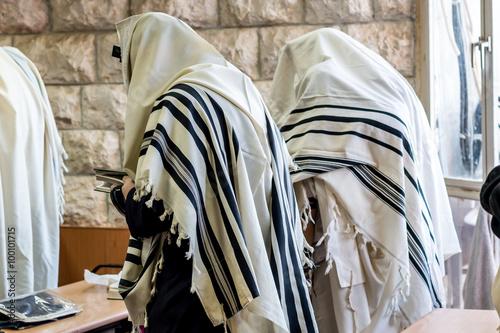 Fotomural Jewish men praying in a synagogue with tallit