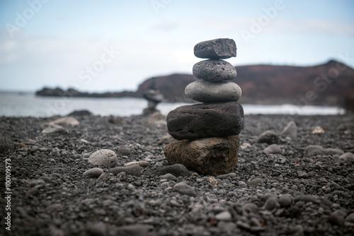 Photo sur Plexiglas Zen pierres a sable Tower of stones in a black sand beach