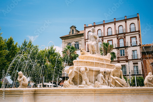 Photo sur Toile Fontaine Fountain on the Puerta de Jerez in Seville, Spain