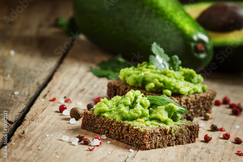 Cadres-photo bureau Entree Sandwiches with black rye bread and avocado mousse with spices,