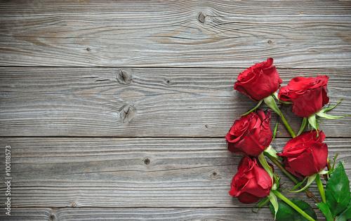 Deurstickers Roses Red roses on wooden board