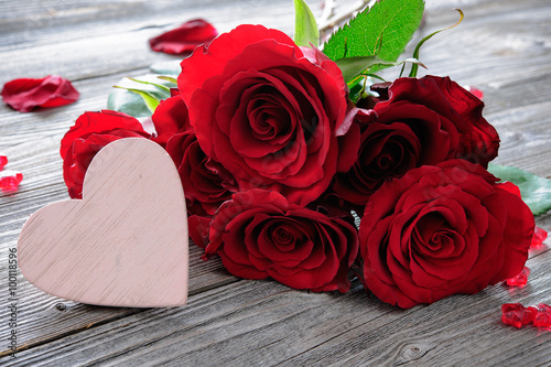 Papiers peints Roses Red roses and heart on wooden background